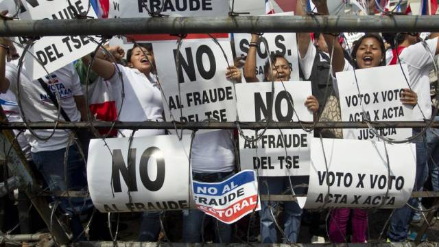 Anhänger der Rechtspartei Arena protestieren in San Salvador