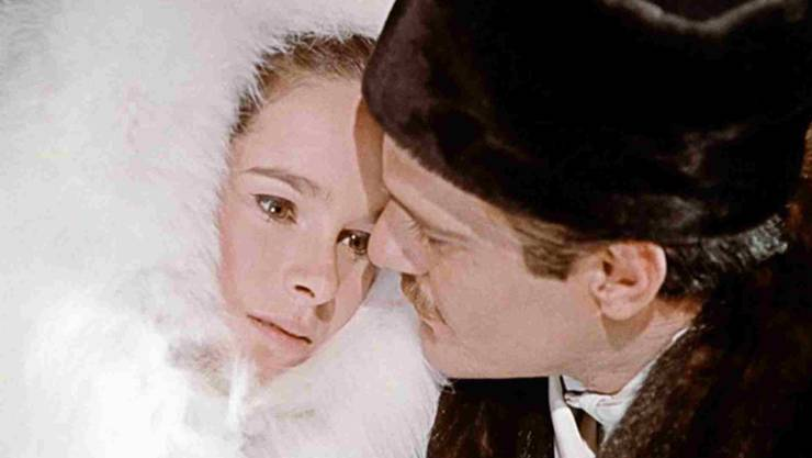Ihr nachdenklicher, strenger Blick zeichnet sie aus Geraldine Chaplin in «Doktor Schiwago» (mit Omar Sharif).