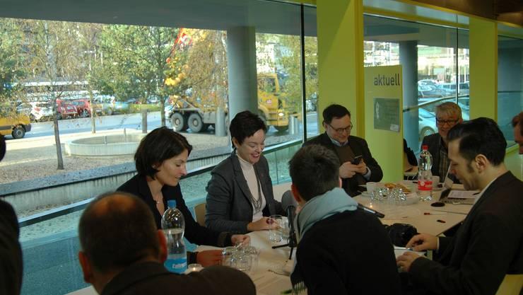FDP-Regierungskandidatin Monica Gschwind (Mitte) nutzt die Vorweihnachtszeit, um vor Medienvertretern in der Liestaler Kantonsbibliothek über ihre thematischen Wahlkampf-Schwerpunkte zu reden.