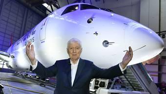 Die Auslieferung des ersten Flugzeugs des neuen Typs ist ein Meilenstein für seine Fluggesellschaft: Investor Martin Ebner ist an der Einweihung des Embraer-E190-E2-Jets der Helvetic Airways entsprechend guter Laune. (KEYSTONE/Walter Bieri)