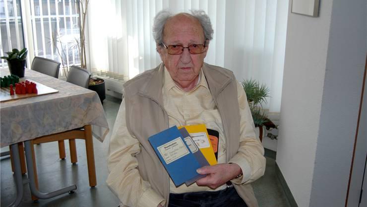 Hans Frauenfelder präsentiert seine vier Dienstbüchlein. amg