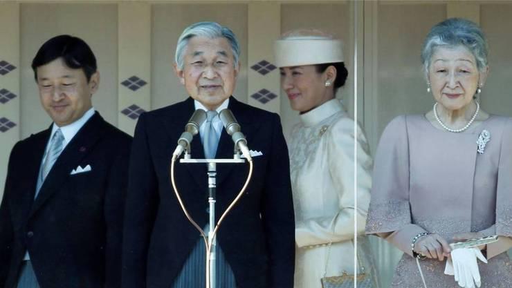 Seltener Kaiserwechsel zu Lebzeiten: Kaiser Akihito (Mitte) und sein Nachfolger, Kronprinz Naruhito (links). Reuters