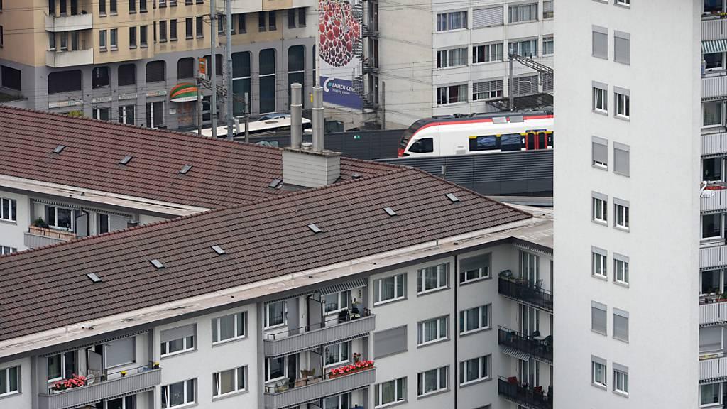 Eine S-Bahn kurz vor der Unterführung bei der Gütschbahn in Luzern: Wegen Bauarbeiten, welche die SBB AG dort durchführt, kommt es zu Zugsausfällen. (Archivaufnahme)