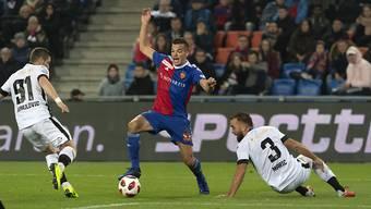 Kevin Bua (mitte) ist beim FC Basel im Hoch.
