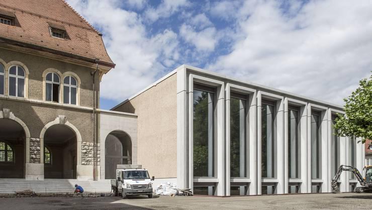 Blick vom Pausenplatz auf die neue Doppelturnhalle des Hermesbühl-Schulhauses