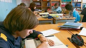Die Kürzung der ungebundenen Lektionen in der Primarschule hätte dazu geführt, dass die Lehrpersonen nicht mehr gleich oft halbe Klassen hätten unterrichten können. (Symbolbild)