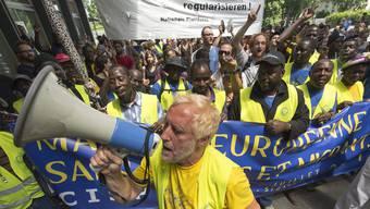Hunderte Sans-Papier und Sympatjisanten marschieren von Brüssel nach Strassburg