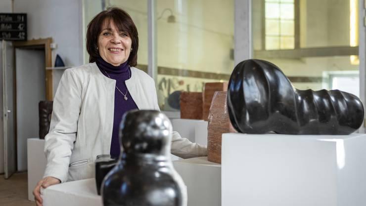 Jeanine Ruffieux umgeben von den Skulpturen ihres verstorbenen Mannes.