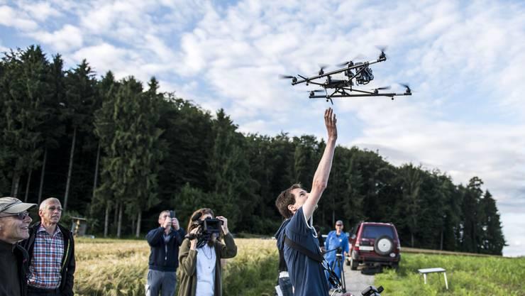 Am Waldrand von Schnottwil: Michael Fluri von der Feinmotion GmbH macht die Drohne startklar.