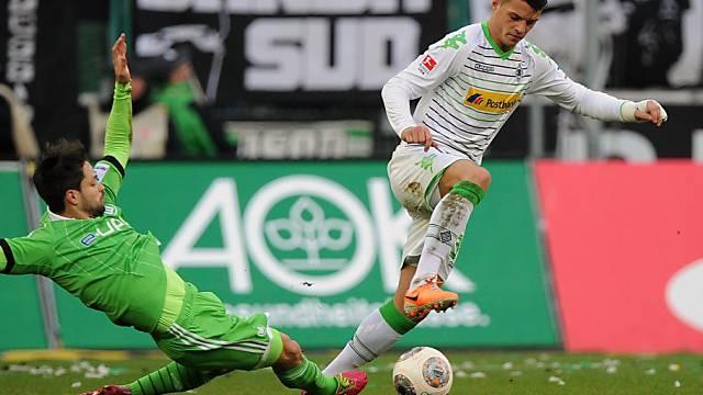 Gladbachs Granit Xhaka (r.) im Zweikampf mit Wolfsburgs Diego.