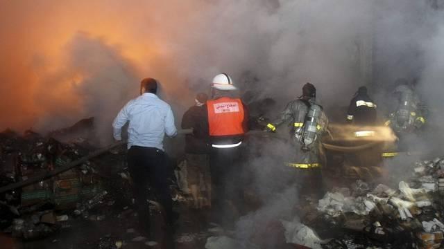 Palästinensische Feuerwehrleute bekämpfen Brand in Werkstatt