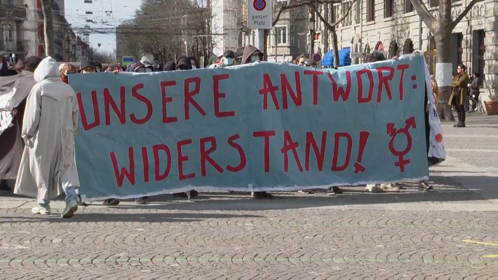 Zürich: Hunderte Menschen protestieren an kurzer Frauen-Demo