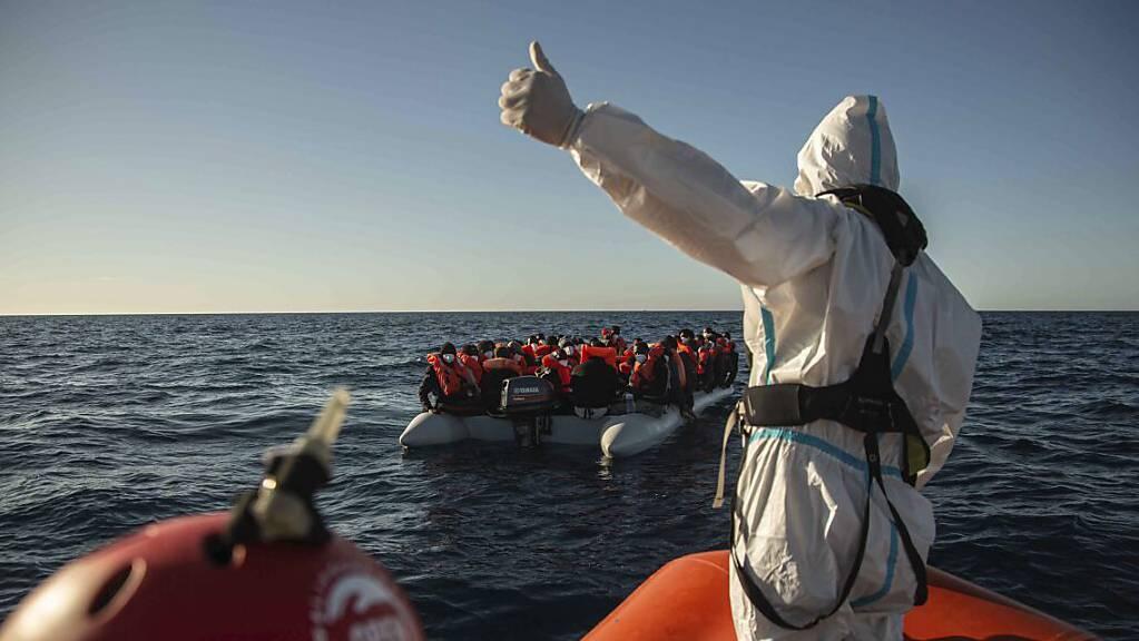 Ein Mitarbeiter der spanischen NGO «Open Arms» steht auf einem Boot vor der libyschen Küste. Etwa vier Jahre nach der Festsetzung der «Iuventa» in Italien fordert Amnesty International eine Entkriminalisierung der Seenotrettung. Diese sei «eine völkerrechtliche Pflicht», so Franziska Vilmar.