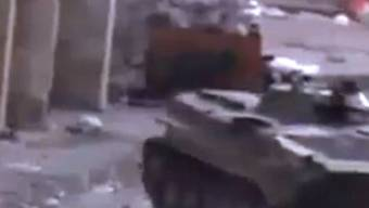 Die unverifizierte Aufnahme zeigt einen Panzer der syrischen Regierungstruppen in Homs