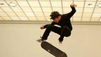 Der mexikanische Künstler Abraham Cruzvillegas setzt auf die Mithilfe des Publikums. Mit seinen roh gezimmerten Skulpturen verwandelt er das Kunsthaus Zürich zeitweilig in eine Skateboard-Halle.