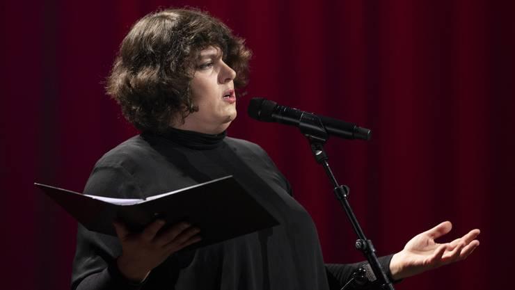 Patti Basler, Kaberettistin, tourt mit ihren abendfüllenden oder Kurz-Programmen, moderiert Anlässe und Poetry Slams, veranstaltet Workshops oder unterhält Gäste und Publikum.