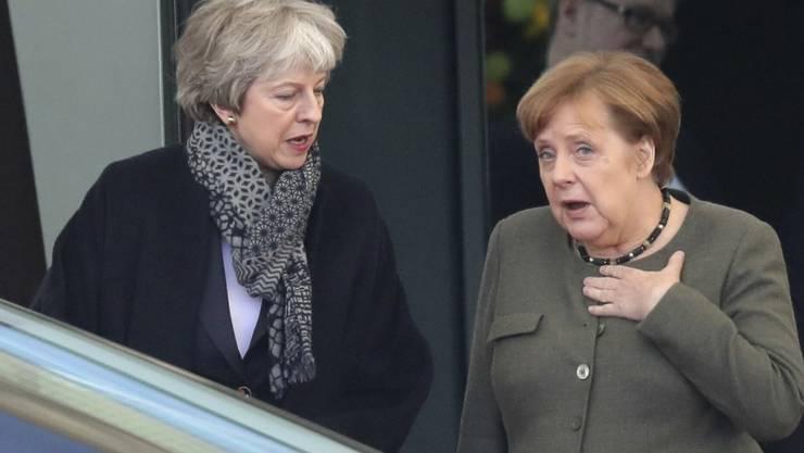 Letzte Gespräche vor dem EU-Gipfel am Mittwoch: Die britische Premierministerin Theresa May (Links) diskutiert in Berlin mit der deutschen Kanzlerin Angela Merkel.