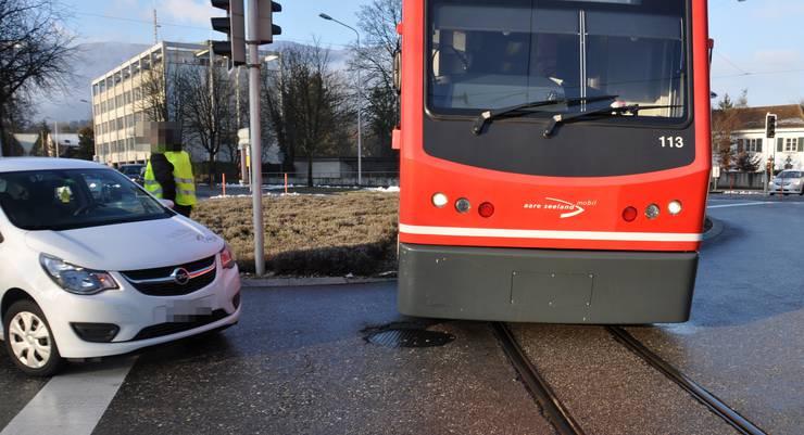 Ein Autolenker will Richtung Feldbrunnen fahren, übersieht aber die auf rot gestellte Ampel. Als der Fahrzeuglenker die herannahende Zugkomposition der Aare Seeland Mobil-Bahn bemerkt, will er rückwärts fahren, um eine Kollision zu vermeiden – jedoch ohne Erfolg.