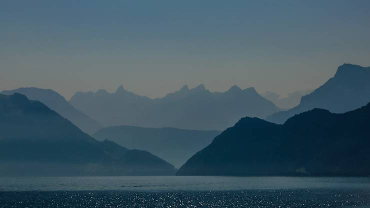 Eindrücklicher Blick in die Berge vom Vierwaldstättersee aus - aufgenommen vom Schiff «Europa».