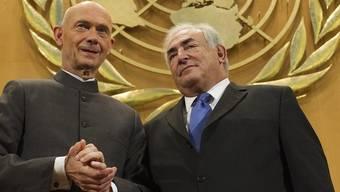 WTO-Generaldirektor Pascal Lamy (l.) und IWF-Chef Dominique Strauss-Kahn (r.) diskutieren in Genf über die Folgen der Finanzkrise