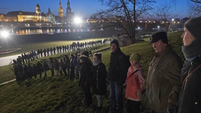 Gemeinsam im Gedenken: Menschenkette in Dresden