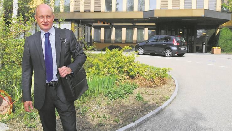 Der neue Geschäftsführer Christoph Künzli vor seinem neuen Arbeitsplatz auf dem Spitalareal.