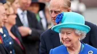 Queen Elizabeth mit Prinz Philip bei der Ankunft in Berlin Tegel.