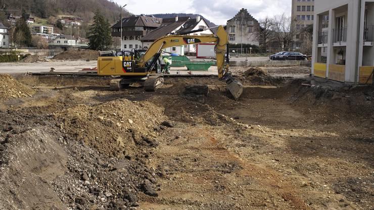 Die Überbauung «Grienmattpark» zwischen Gerberstrasse und Ergolz besteht aus einem dreigliedrigen Wohngebäude mit 25 Eigentums- und zehn Mietwohnungen sowie einem Bürogebäude. In Letzteres zieht die Firma Gebro Pharma AG, die derzeit einen kräftigen Steinwurf weiter am Gestadeckplatz ansässig ist. Das Investitionsvolumen für die Wohnungen beträgt laut Rolf Bühler von der Bauherrin Mettler2Invest (St. Gallen/Basel) knapp 30 Millionen Franken. Die Eigentumswohnungen kosten zwischen 450›000 und 850›000 Franken. Derzeit findet der Aushub statt, Ende Monat ist Baubeginn. Bezugsbereit sind die Wohnungen und das Bürogebäude im Herbst 2016.