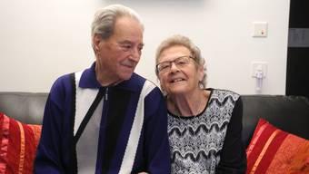 Kurt und Heidi Schnellmann Arm in Arm in ihrer gemeinsamen Wohnung in Weiningen.