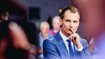 """Die """"Arena""""-Gäste sind wohl manchmal einfacher zu bändigen als vier kleine Kinder: Moderator und Familienvater Jonas Projer. (Bild SRF)"""