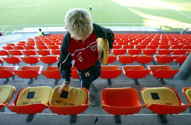Ein Junior des FC Aarau platziert weiches Sitzleder für die besser Zahlenden, im Fussballstadion Brügglifeld in Aarau.