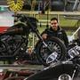 Piit Voggler in der Werkstatt von Harley Davidson Aargau in Densbüren, in der im Winter viele Umbauten an Motorrädern vorgenommen werden.