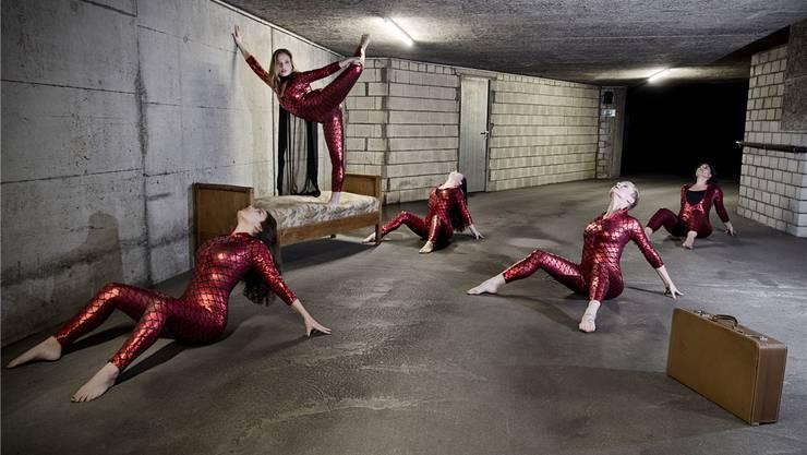 Ein Szenenfoto aus «Erzähl mir von morgen ...», dem Tanzprojekt von Monika Hugi, das am 23. und 24. 10. im Parktheater gezeigt wird.