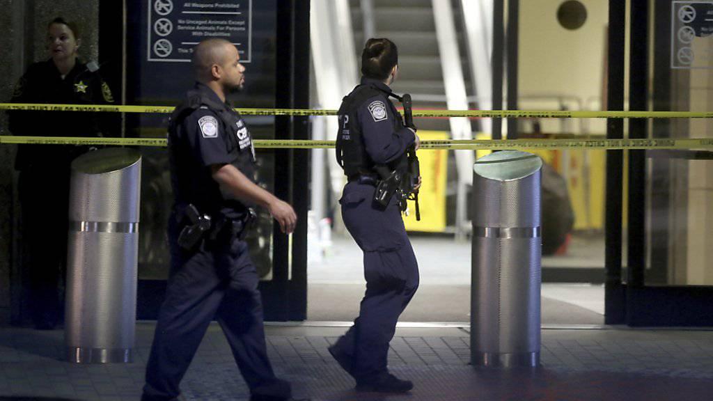Polizisten führen den mutmasslichen Täter am Flughafen in Fort Lauderdale ab