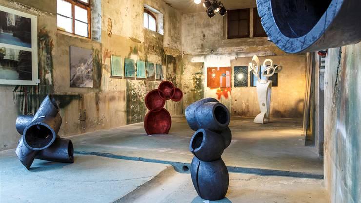 In der sechsten Ausstellung in der Alten Brennerei in Unterramsern stehen in einem Raum Arbeiten des Berners Max Roth.