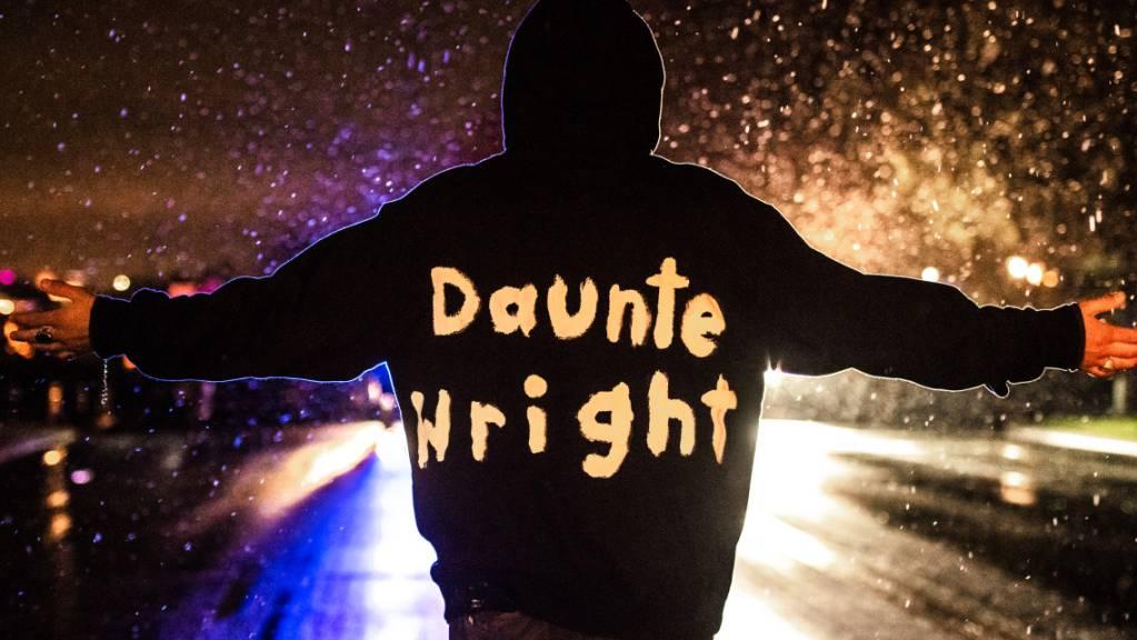 Ein Demonstrant hat vor dem Hauptquartier des Brooklyn Center Police Departments bei einem Protest den Namen von Daunte Wright auf seine Kleidung geschrieben. Foto: Zuma/dpa