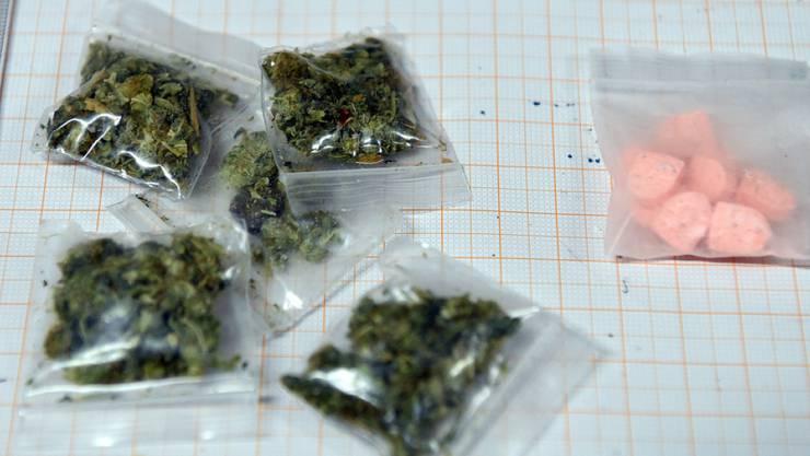An der Sekundarschule in Gelterkinden werden mit diversen Drogen gedealt. Unter anderem auch mit Cannabis oder Kokain. (Symbolbild) An der Sekundarschule in Gelterkinden werden mit diversen Drogen gedealt. Unter anderem auch mit Cannabis oder Kokain. (Symbolbild)