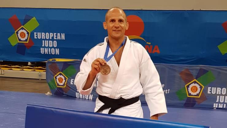 Reto Dürrenberger mit seiner EM-Bronze-Medaille.