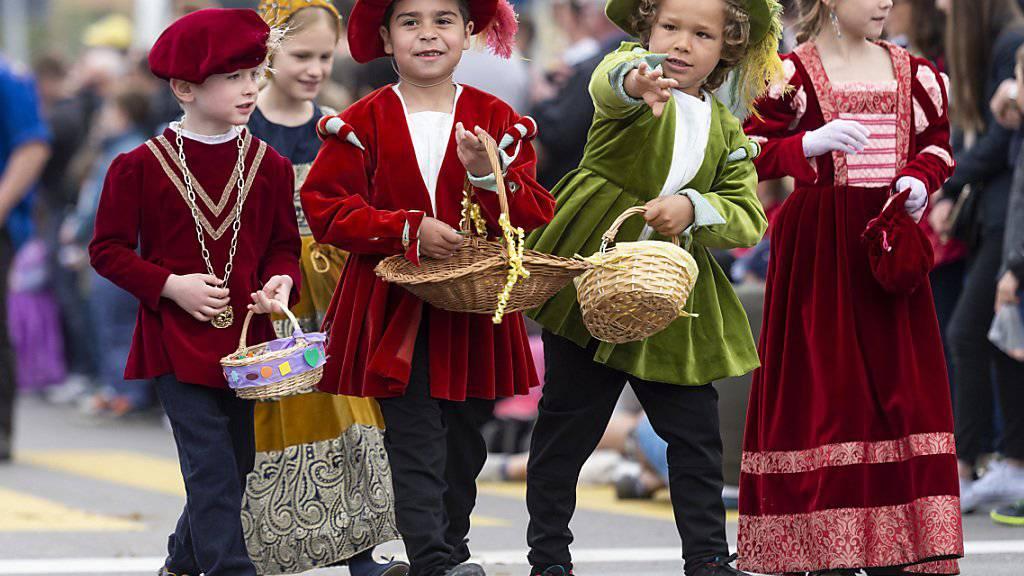 Nicht nur durch ihre schönen Kleider auch mit ins Publikum geworfenen Süssigkeiten erfreuten die Kinder am Sechseläuten-Kinderumzug in Zürich die Leute am Strassenrand.
