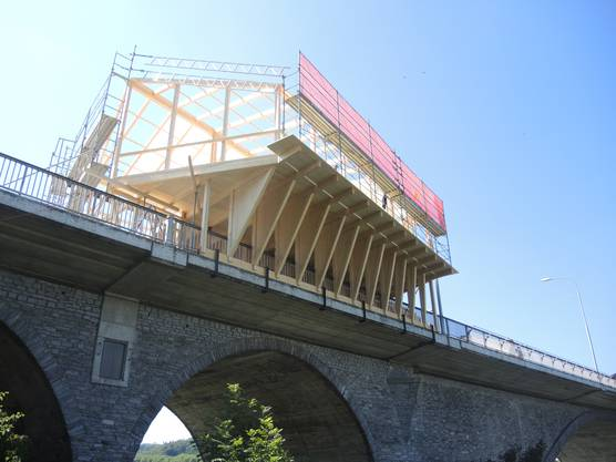 Hoch über der Limmat ragen die Holzbauten des OKs über den Rand der Hochbrücke.