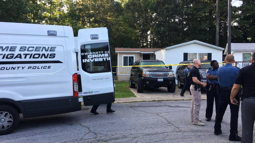 Polizisten untersuchen das Haus im US-Bundesstaat Georgia, in dem ein Familienvater und seine Kinder niedergestochen wurden.