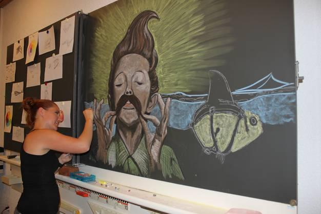 Lehrerin Melanie Moy zeichnet ein neues Bild, das die Wandtafel ein Jahr lang schmücken wird