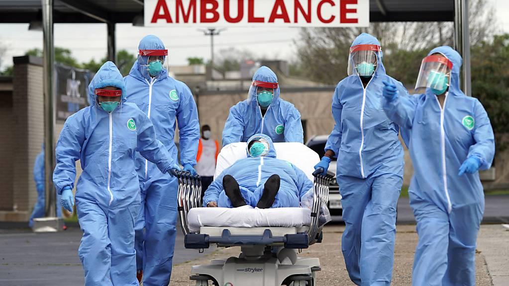 ARCHIV - Ein Covid-Patient wird in der Anfangsphase der Pandemie 2020 in ein Krankenhaus in Houston gebracht. Angesichts der jüngsten Corona-Welle hat der US-Bundesstaat Texas alle Krankenhäuser gebeten, nicht absolut notwendige medizinische Eingriffe zu verschieben. Foto: David J. Phillip/AP/dpa