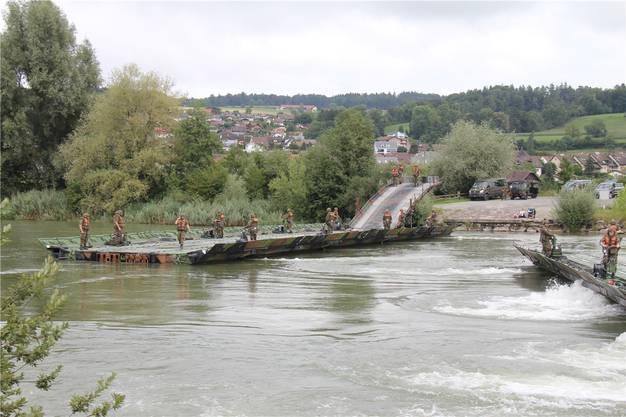 In einer Stunde steht die Militärbrücke.