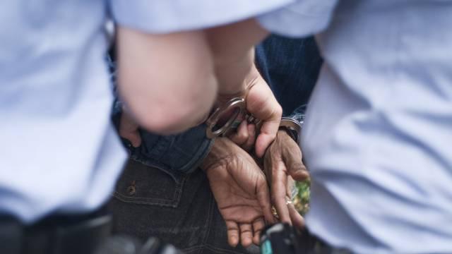 Polizisten verhaften einen Mann (Archiv)