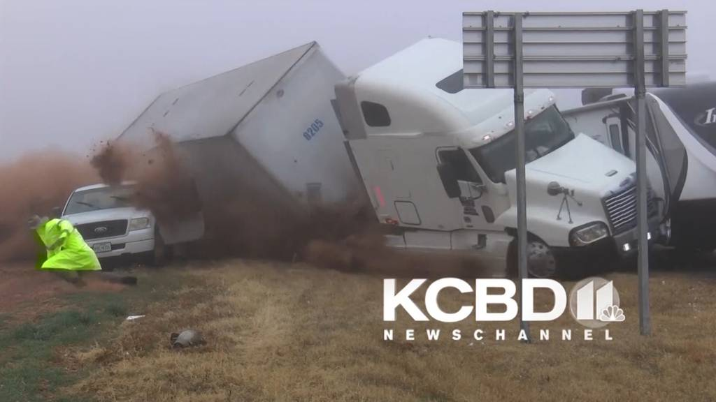 Texas, USA: Truck rast bei dichtem Nebel in Unfallstelle