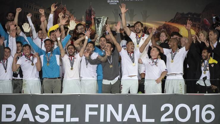 Die Pokalübergabe: Der FC Sevilla stemmt die Trophäe der Europa League 2015/16