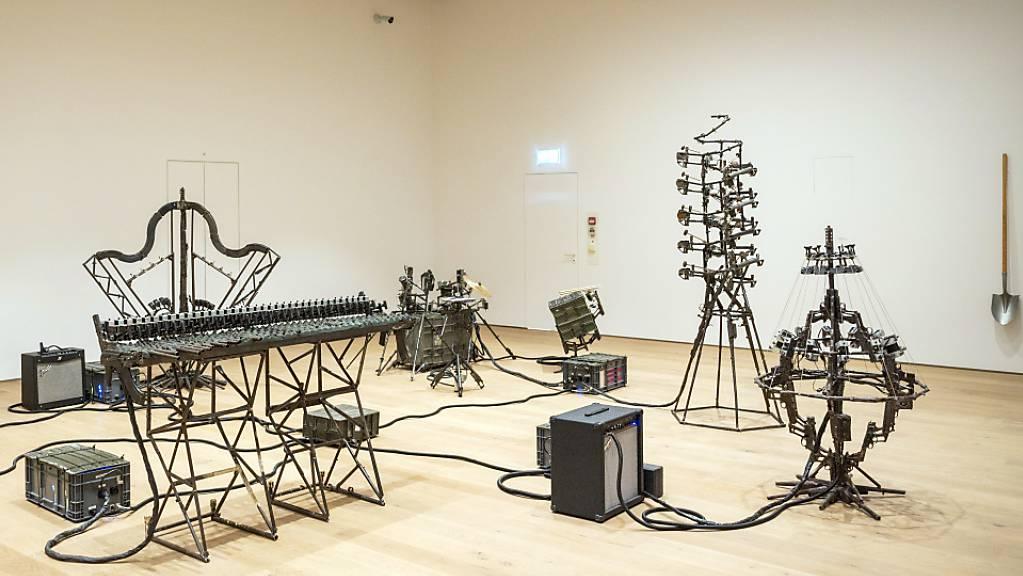 Waffen zu Musikinstrumenten: Installation «Disarm (Mechanized) II» des mexikanischen Künstlers Pedro Reyes in der Sonderausstellung «Pedro Reyes. Return to Sender» im Museum Tinguely in Basel.