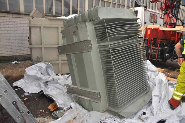 Ein rund 7 Tonnen schwerer Transformator stürzte aus einem aufgestapelten Container zu Boden und wurde beschädigt.
