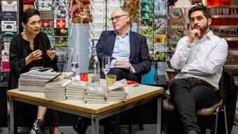 """Diskussion über die Selbstbestimmungs-Initiative mit den Ständeratskandidaten Marianne Binder (CVP), Hansjörg Knecht (SVP) und Cédric Wermuth (SP) in der Orell Füssli Meissner Bücherhandlung in Aarau. Anhand des Buches """"Frau Huber geht nach Strassburg"""" von Kilian Meyer und Adrian Riklin."""